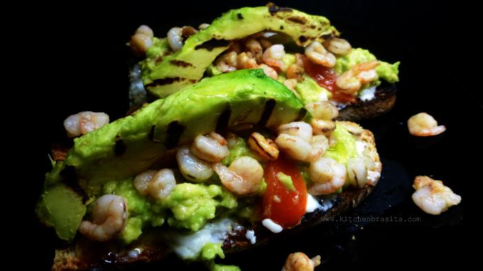 bruschetta con avocado e gamberetti