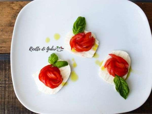 rose di pomodoro idee insalata caprese