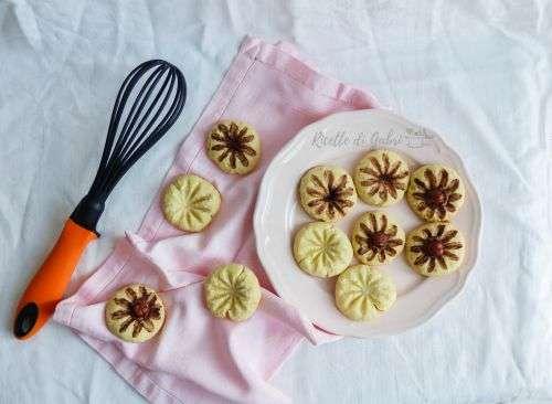 Biscotti di frolla decorati con la frusta