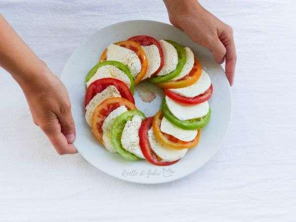 insalata caprese a ciambella come presentare insalata pomodori e mozzarella