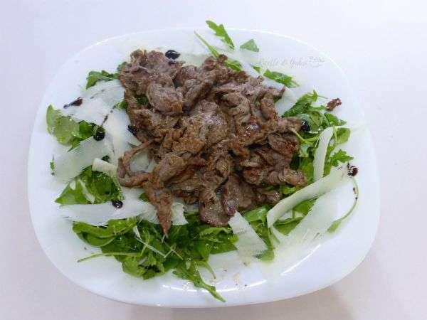 straccetti di vitello con rucola e grana ricetta salvacena