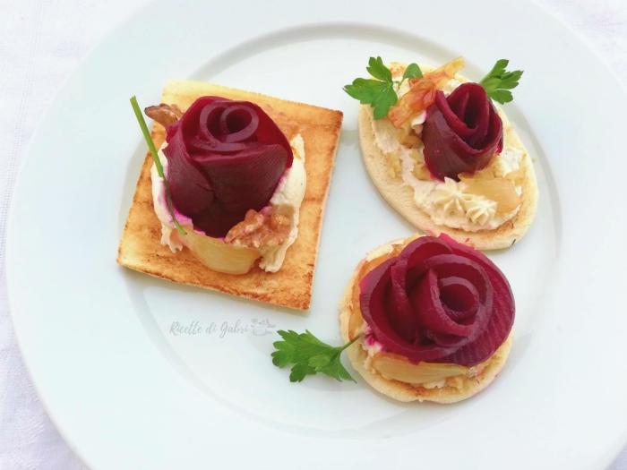 bruschetta crostini quattro formaggi con rose di barbabietola rosa d'inverno gabri ricetta facile antipasto