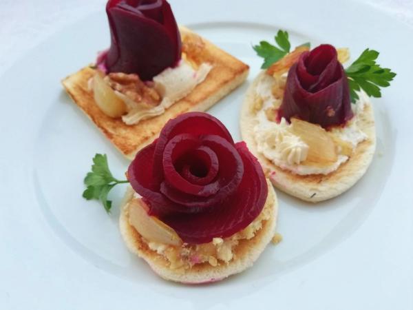 crostini 4 formaggi cuochi e fiamme gabri rose di barbabietola rapa rossa e formaggio