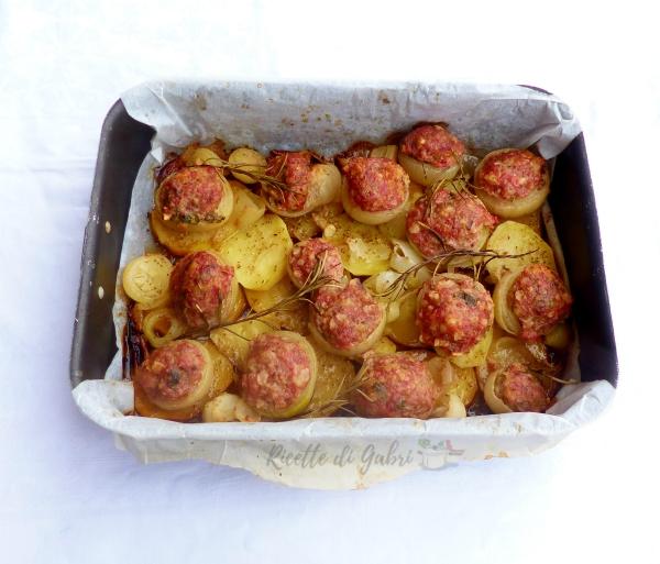 cipolle ripiene di carne patate al forno