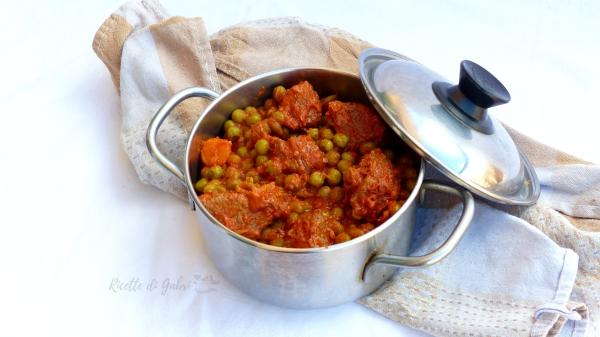 spezzattino con i piselli e pomodoro ricetta facile economica