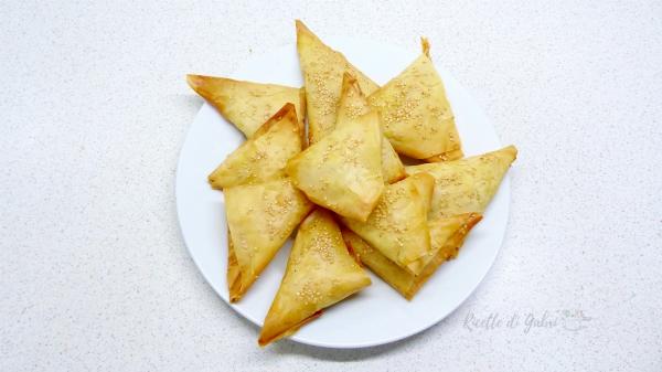 triangolini di pasta fillo salmone e patate antipasto facile