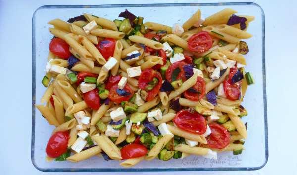 pasta fredda con feta greca, zucchine, pomodorini e basilico viola ricetta facile e veloce