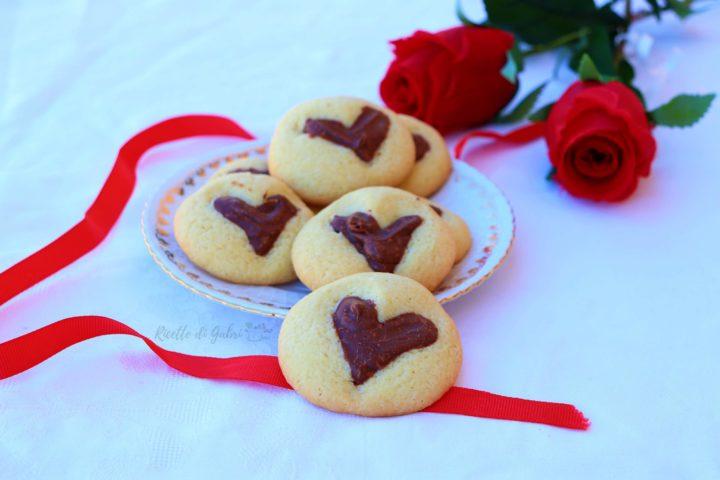 biscotti di pasta frolla con cuore alla nutella ricetta facile veloce senza stampo