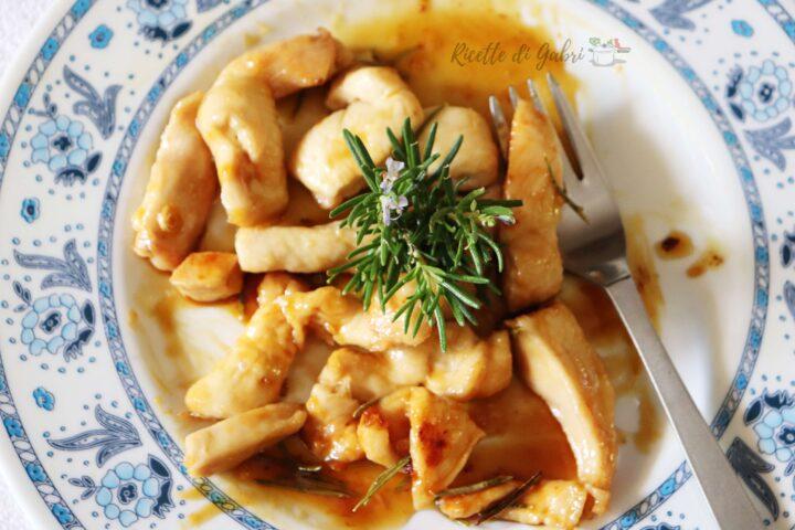 petto di pollo caramellato in padella con miele limone e rosmarino straccetti veloci ricetta gabri