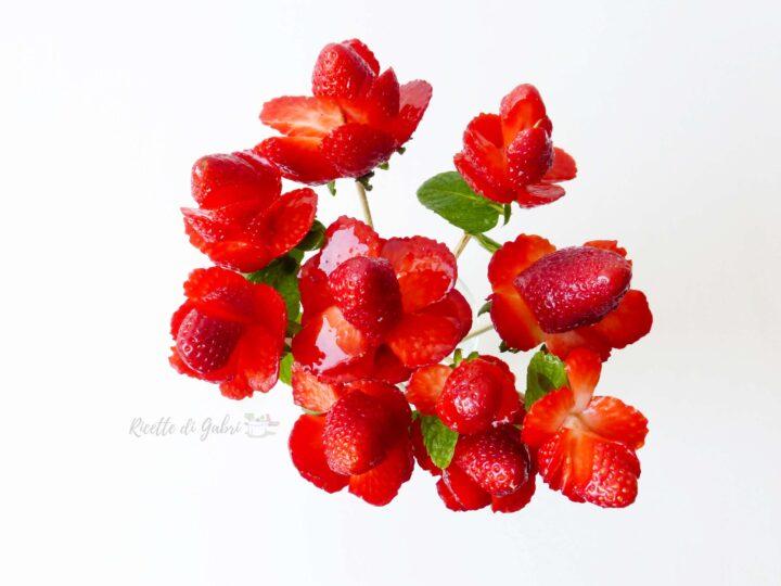 mazzo rose rosse di fragole, fragole a forma di rosa idee dolci festa