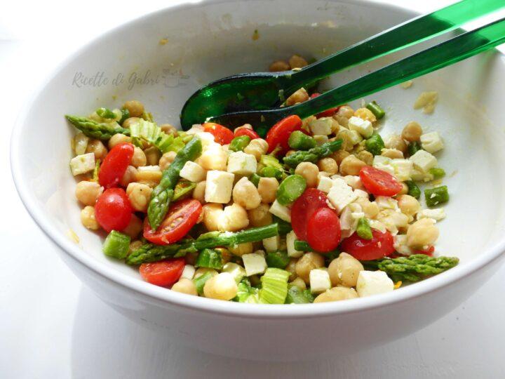 insalatona vegetariana ceci asparagi fetta e pomodorini ricetta estiva veloce