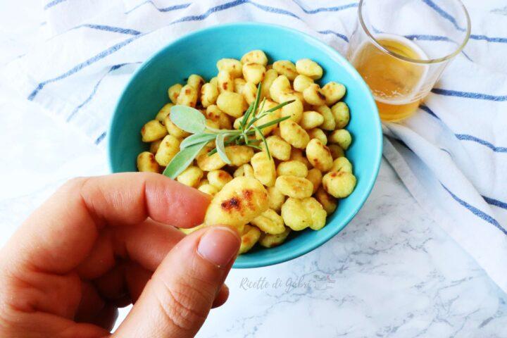 ricetta gnocchi di patate in padella croccanti aperitivo facile veloce burro e salvia gabri