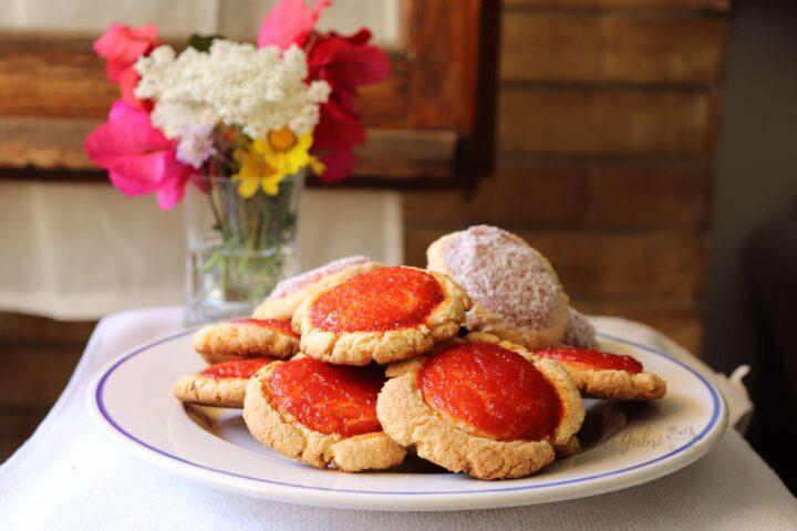 biscotti di pasta frolla al cocco con marmellata ricetta facile friabili veloci pasticcini te merenda colazione gabri