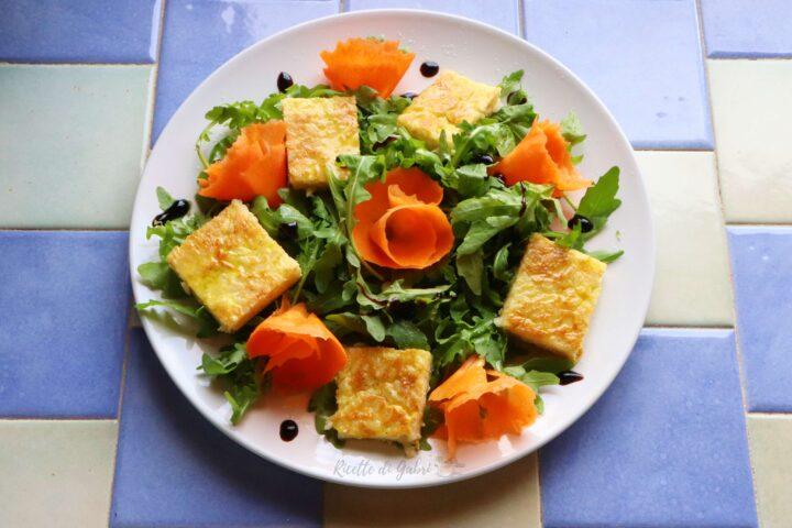 frittata con avanzi di riso e insalata di rucola e carote ricetta facile veloce salvacena di gabri